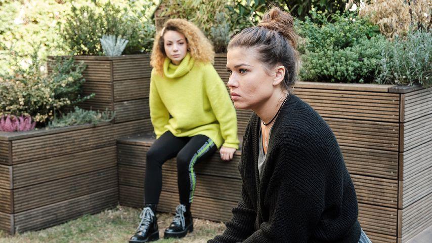 """Nika (Isabelle Geiss) und Vivien (Sharon Berlinghoff) in einer """"Unter uns""""-Szene"""