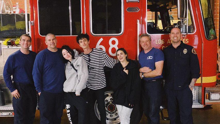Noah Cyrus mit einigen Feuerwehrmännern aus Calabasas