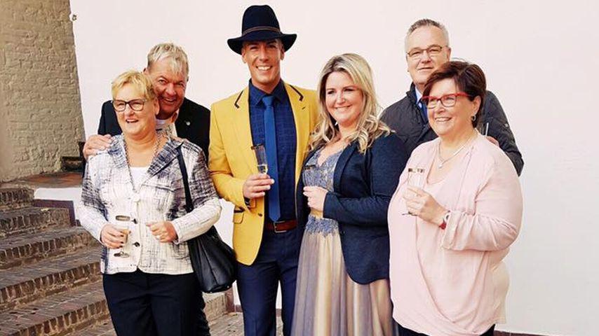 Norman Langen und Verena De-Haan mit ihren Familien bei ihrer Hochzeit