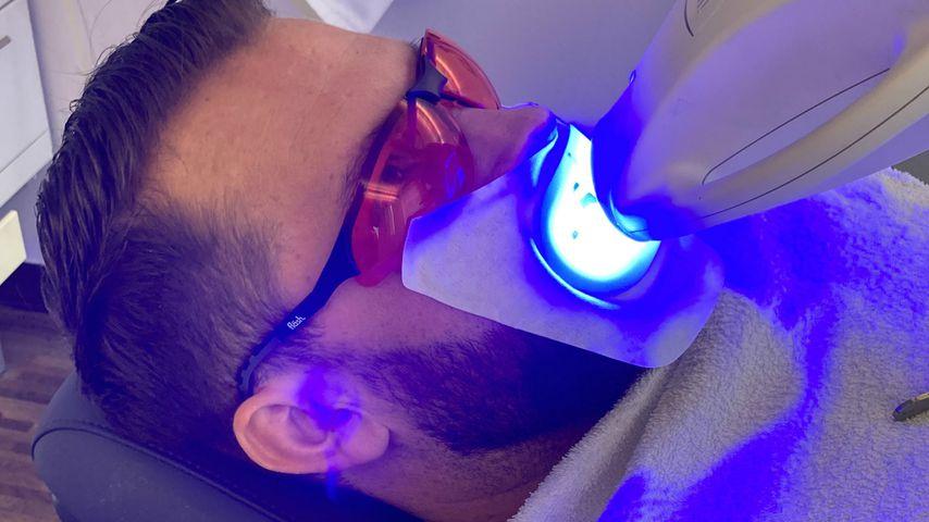 Oliver Sanne beim Zähnebleachen