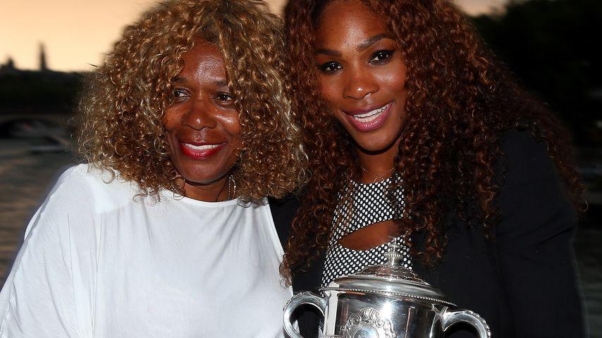 """Oracene Price und Serena Williams mit dem """"Coupe Suzanne Lenglen""""-Pokal"""