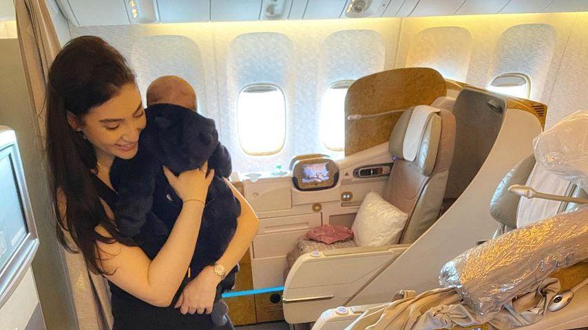 Paola Maria mit ihren Söhnen im Flugzeug