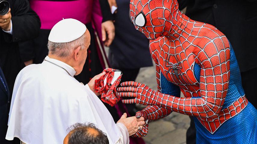 Papst Franziskus I. und Spider-Man im Vatikan im Juni 2021