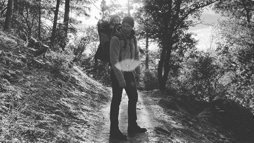 Patrick J. Adams mit seiner Tochter Aurora, April 2020
