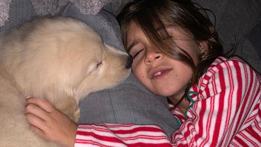 Kourtney Kardashians Tochter Penelope mit ihrem neuen Welpen