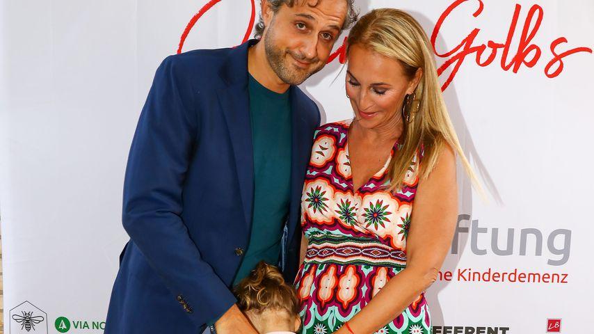 Philipp Sattler und Caroline Beil mit Tochter Ava bei der Vernissage Juliane Golbs' in Hamburg, 2021