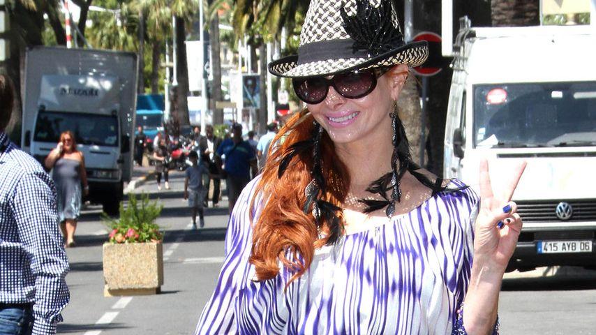 Phoebe Price präsentiert ihr Gepäck in Cannes