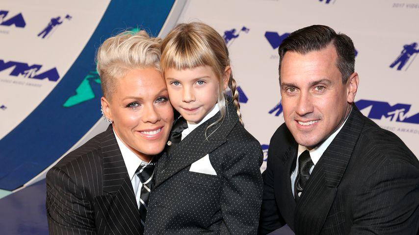 Pink, Willow Sage Hart und Carey Hart bei den MTV Video Music Awards 2017