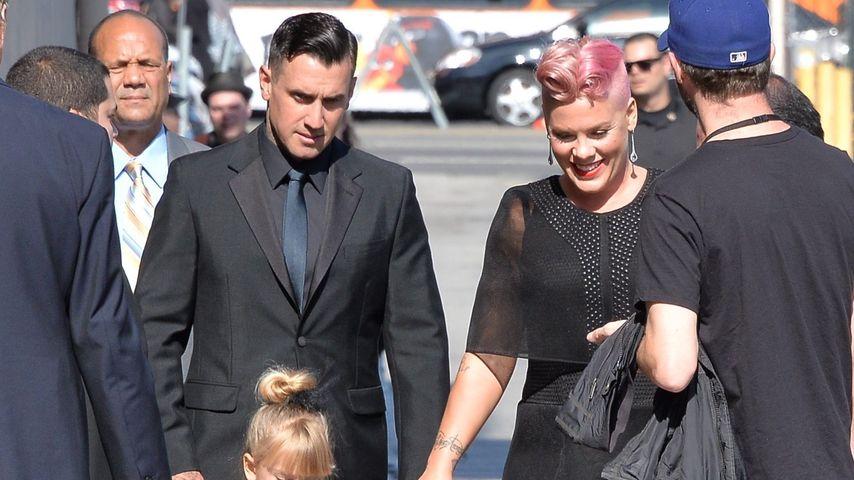 """Pink mit Ehemann Carey Hart und Tochter Willow auf dem Weg zur """"Jimmy Kimmel""""-Show in Hollywood"""