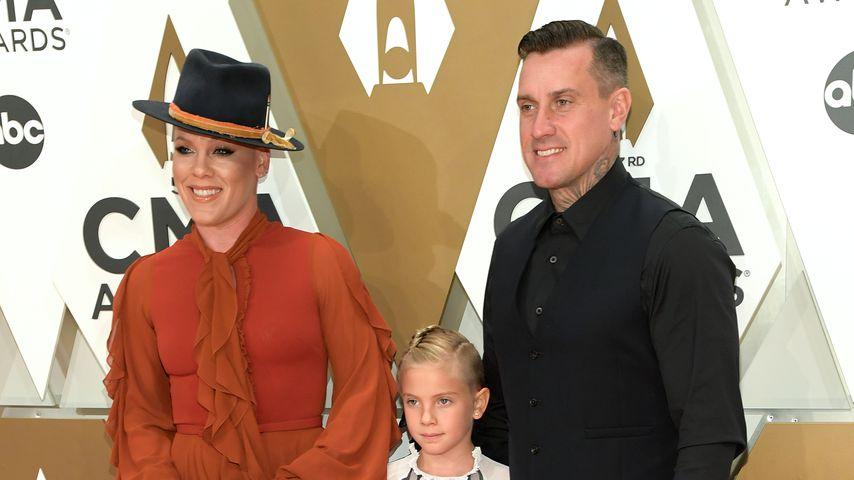 Pink mit Sohn Jameson, Tochter Willow und Ehemann Carey Hart bei den CMA Awards 2019