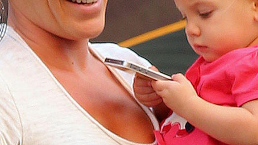 Pinks Töchterchen (1) darf mit dem iPhone spielen