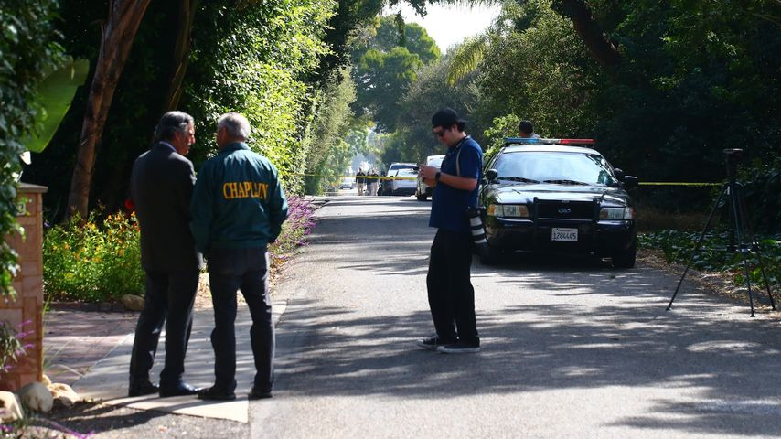 Polizisten beim Anwesen der Familie Ely