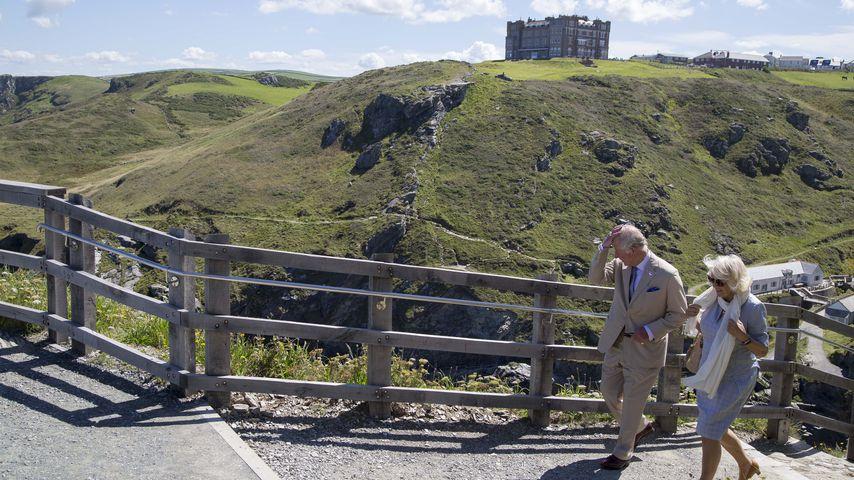 Prinz Charles und seine Frau Camilla vor dem Tintagel Castle in 2020