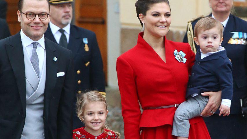 Prinz Daniel, Prinzessin Estelle, Prinzessin Victoria und Prinz Oscar vor der Schlosskirche