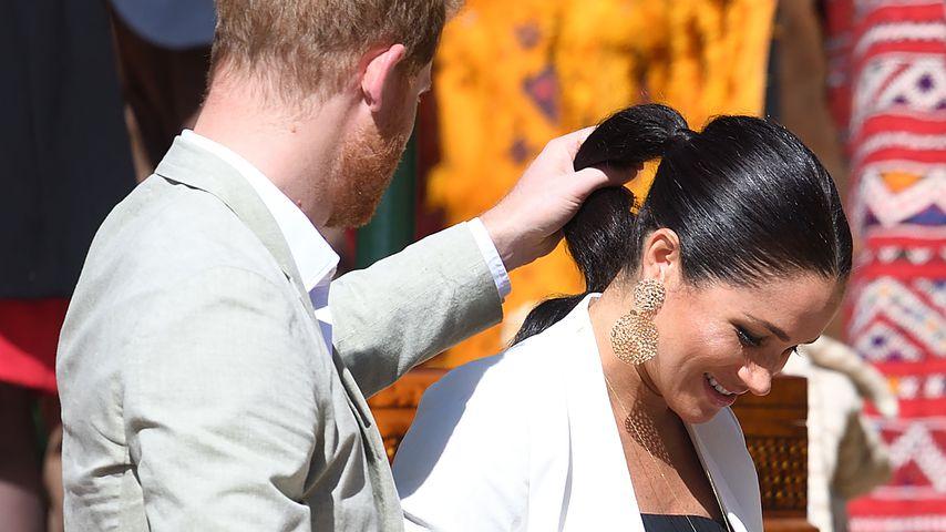 Intime Geste: Prinz Harry hält Meghans Pferdeschwanz