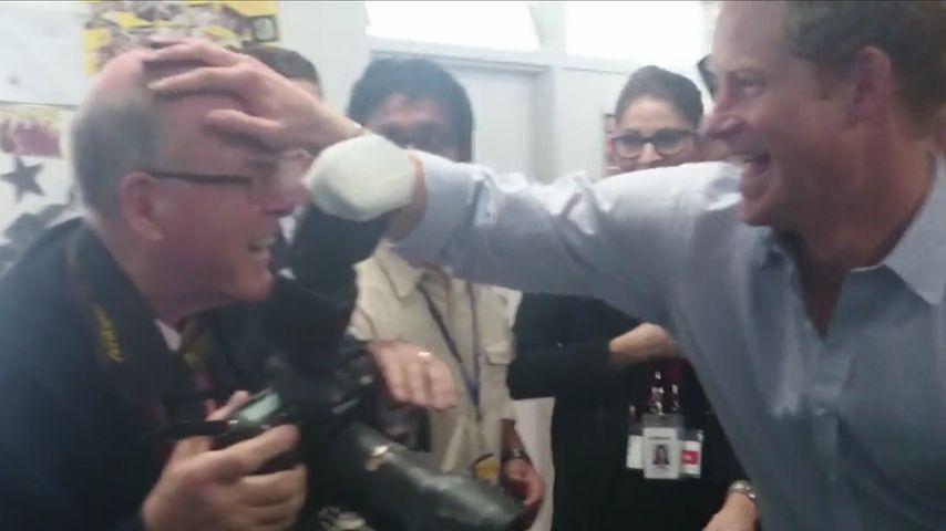 In Lila! Spaßvogel Prinz Harry beschmiert Fotografen-Glatze