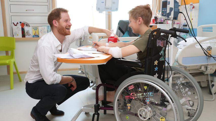 Prinz Harry mit einem Patienten des Kinderkrankenhauses in Sheffield