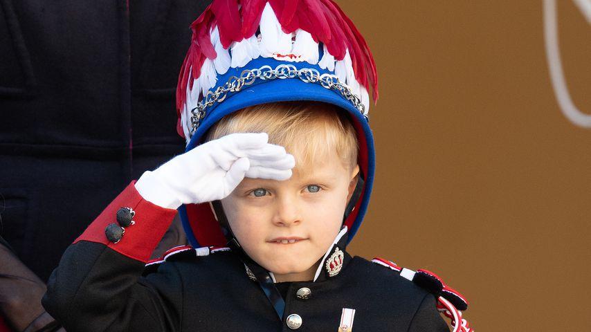 Wie ein Großer: Prinz Jacques (5) salutiert in Garde-Uniform