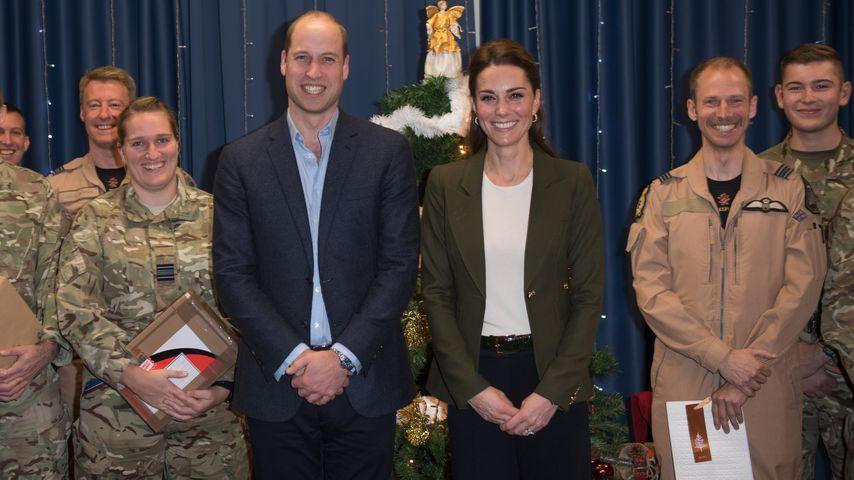 Wie Weihnachtsbaum: Prinz William scherzt über Kates Outfit
