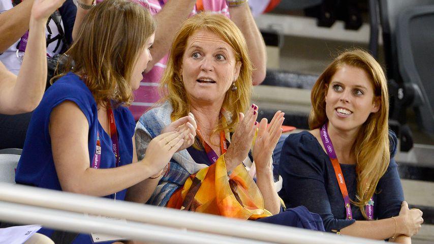 Prinzessin Eugenie, Sarah Ferguson und Prinzessin Beatrice im Jahr 2012