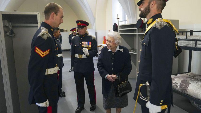 Queen Elisabeth ll. mit Offizieren, Oktober 2021