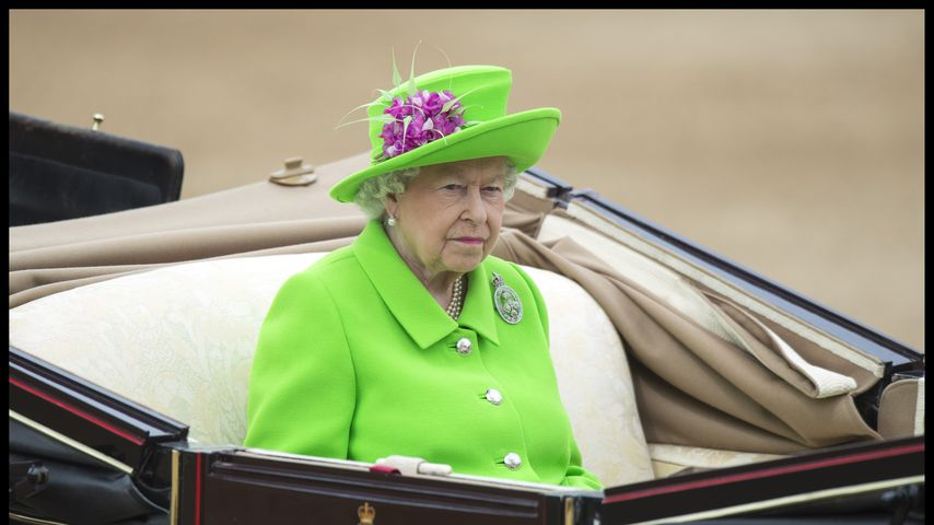 Queen Elizabeth II. sitzt in einer Kutsche bei der Trooping The Colour Parade in London