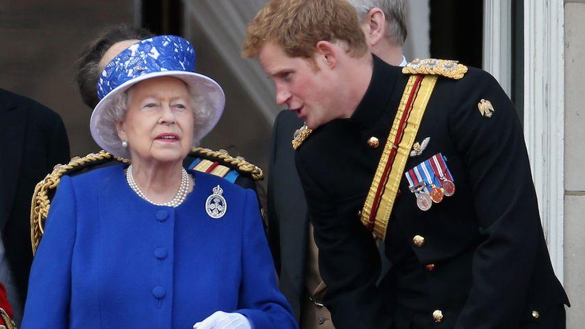 Queen Elizabeth II. und Prinz Harry auf dem Balkon des Buckingham Palastes in London im Juni 2013