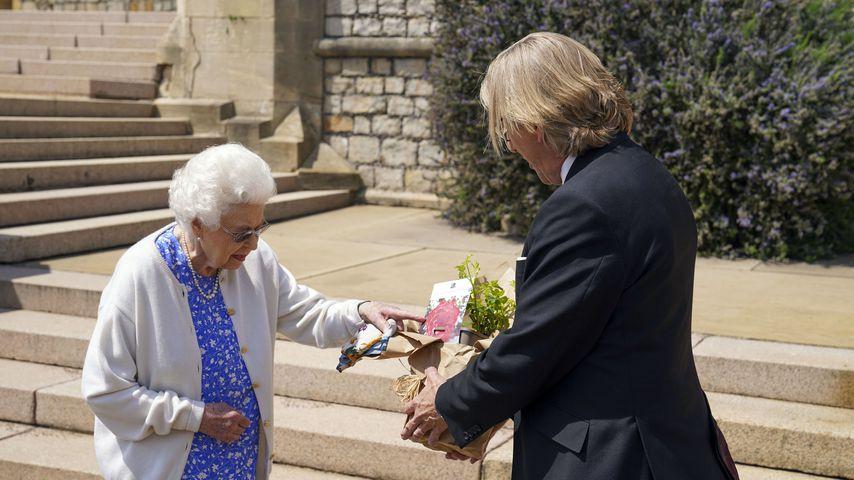 Queen Elizabeth II. und Keith Weed im Garten von Windsor Castle