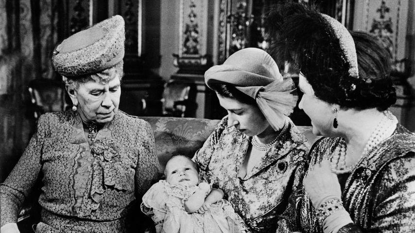 Queen Elizabeth (zweite von rechts) mit ihrer Tochter Anne, Queen Mary (links) und ihrer Mutter