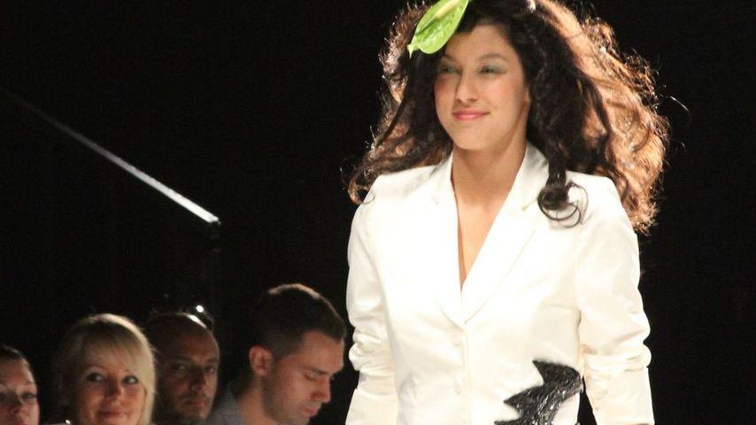Rebecca Mir passen die Model-Hotpants nicht