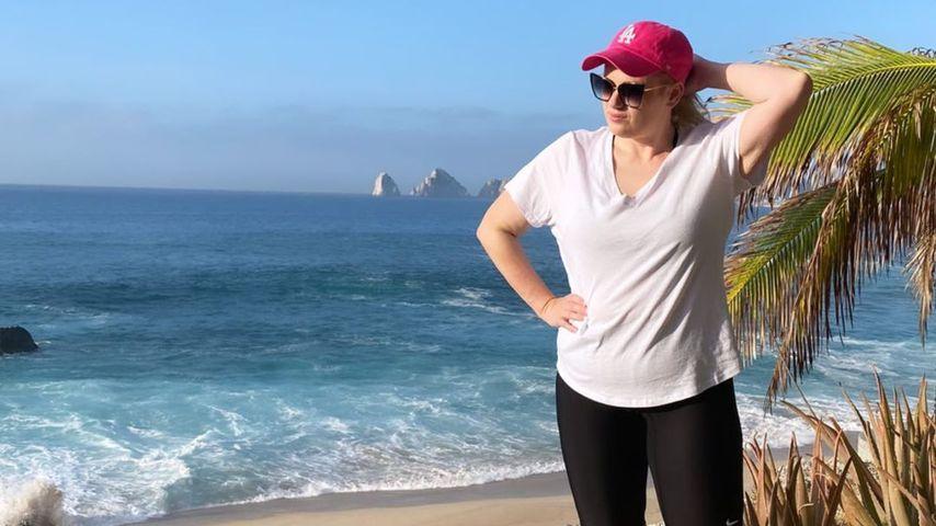 Rebel Wilson an einem Strand in Mexiko