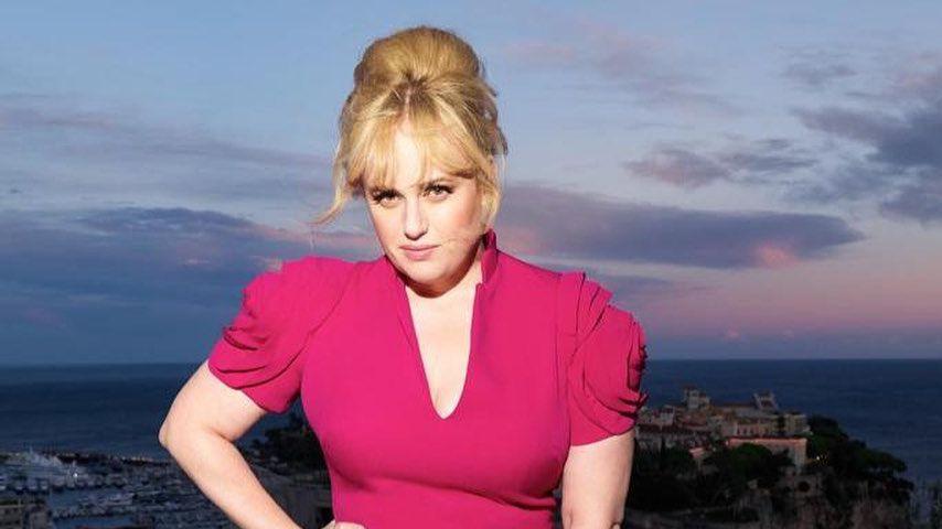 Rebel Wilson zeigt ihre Sanduhr-Figur im pinken Abendkleid