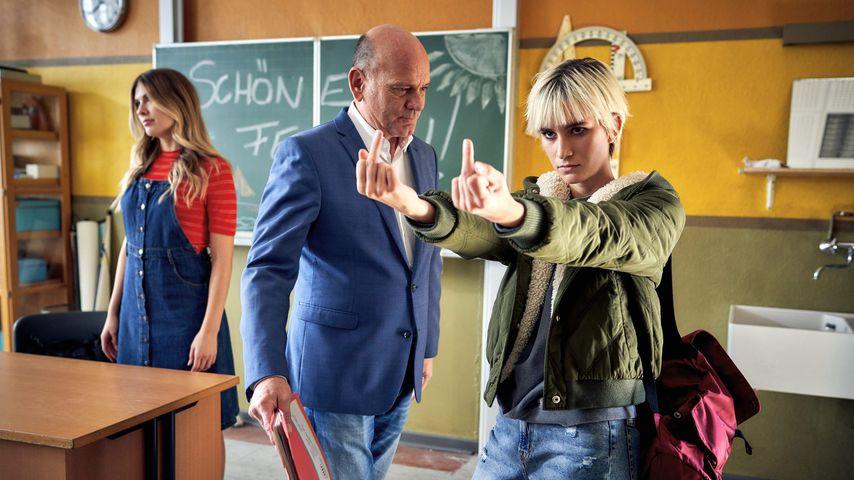 Emma (Zsa Zsa Inci), Direktor Rose (Ulrich Gebauer) und Schülerin Selma (Annika Baumann)