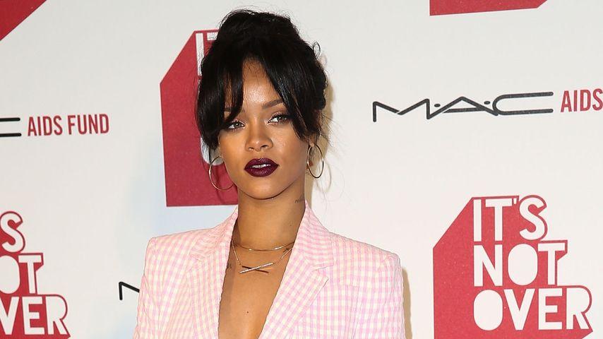 Sexy Dekolleté: Rihanna im heißen Business-Look
