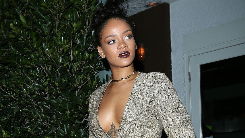 Ohne Top & BH! Rihanna spaziert mit nacktem Busen