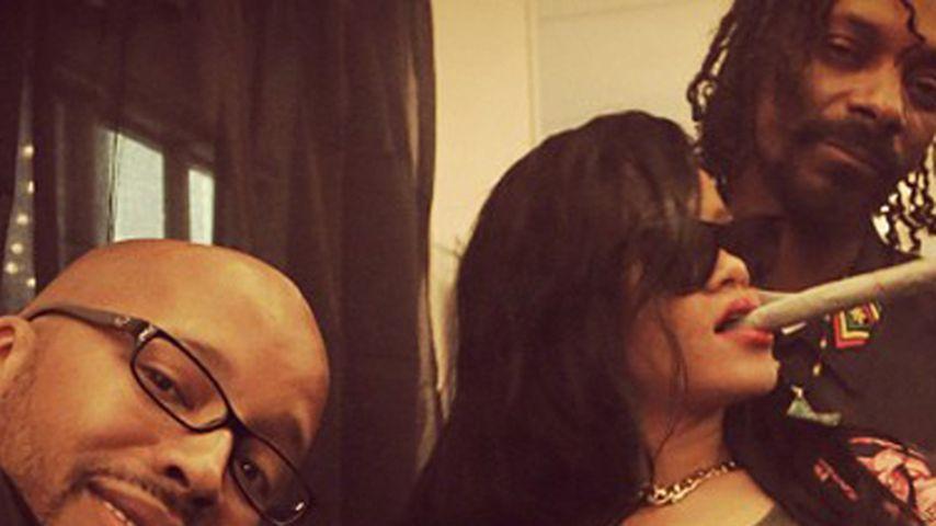 Rihanna posiert mit Riesen-Joint und Fake-Tattoo!