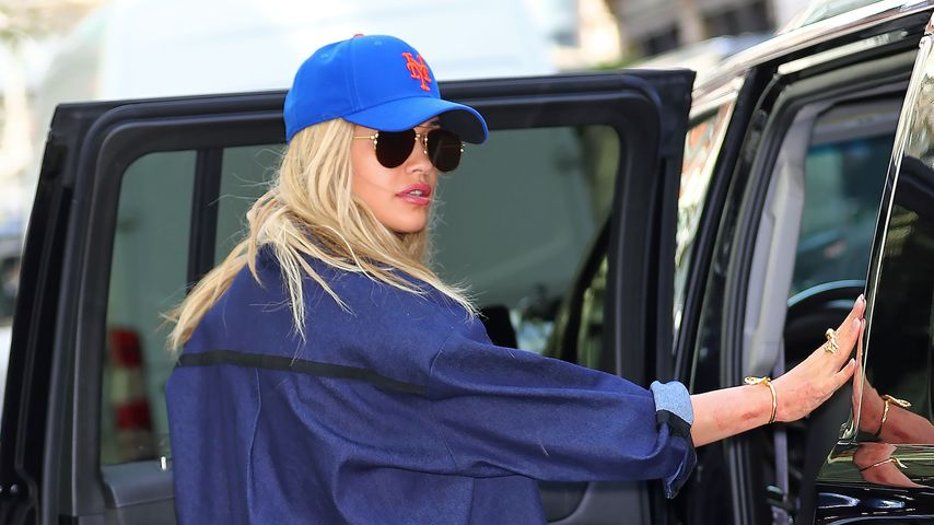 Rita Ora an einem Auto in New York City