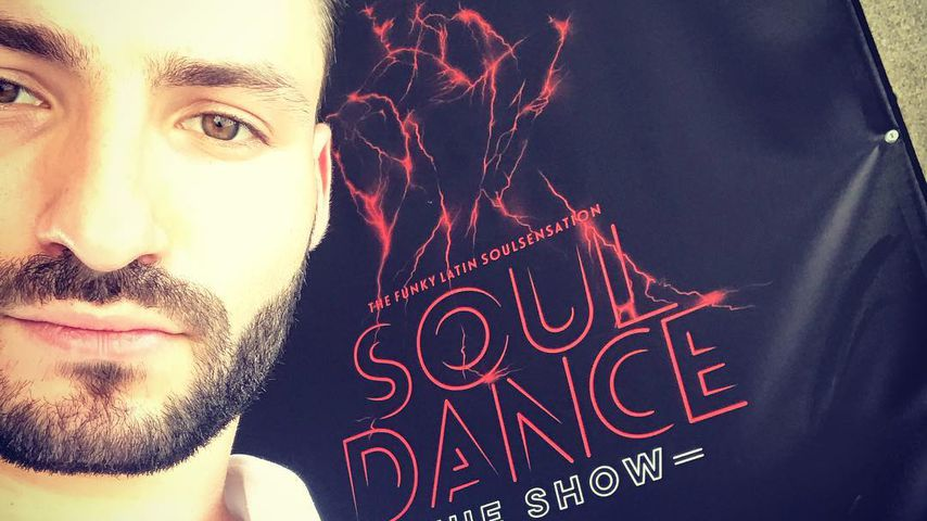"""Robert Beitsch mit einem Plakat seiner Show """"Souldance"""""""