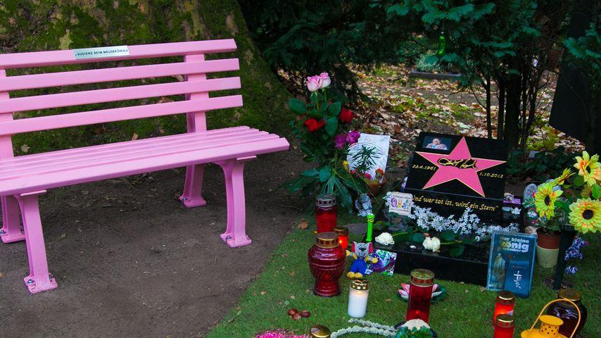 Hella von Sinnen: Süße Idee am Grab von Dirk Bach