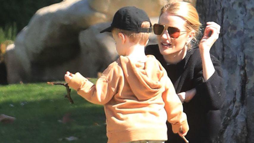Rosie Huntington-Whiteley mit ihrem Sohn, Februar 2020