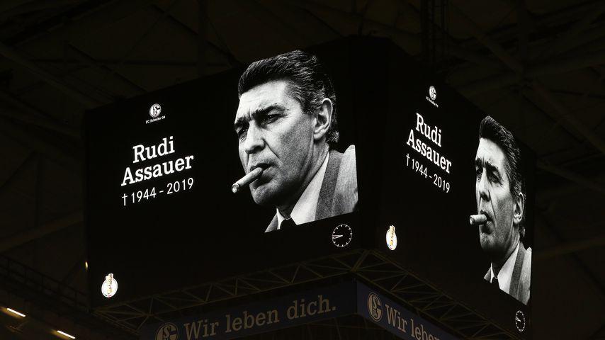 Gedenkminute für Rudi Assauer vor einem Fußballspiel auf Schalke