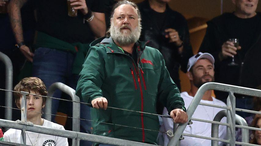 Russell Crowe und Chris Hemsworth bei einem Rugbyspiel in Australien 2021