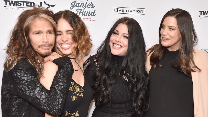 Sänger Steven Tyler mit seinen Töchtern Chelsea, Mia und Liv