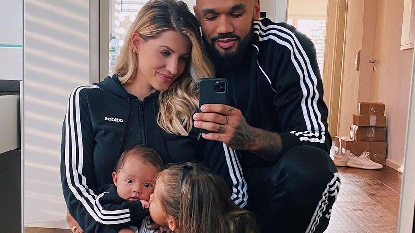Sarah und Dominic Harrison mit ihren Töchtern Kyla und Mia Rose