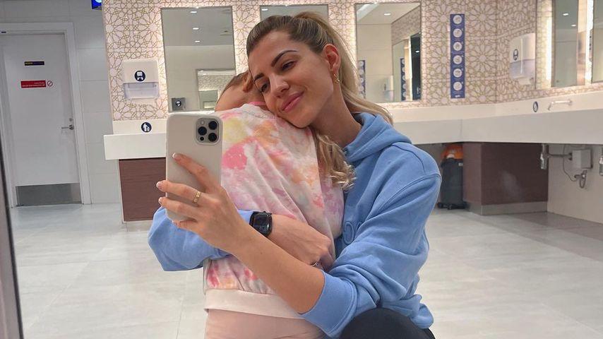 Sarah Harrison mit ihrer Tochter Mia