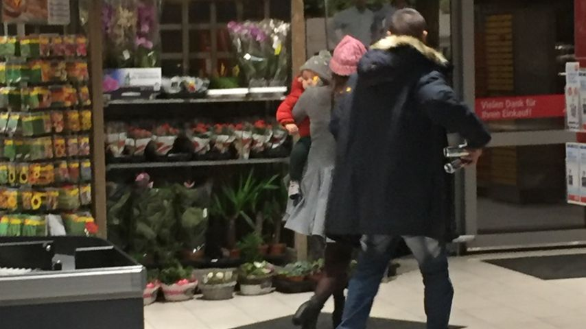 Sarah Lombardi mit Sohn Alessio und Michal T. in einem Supermarkt