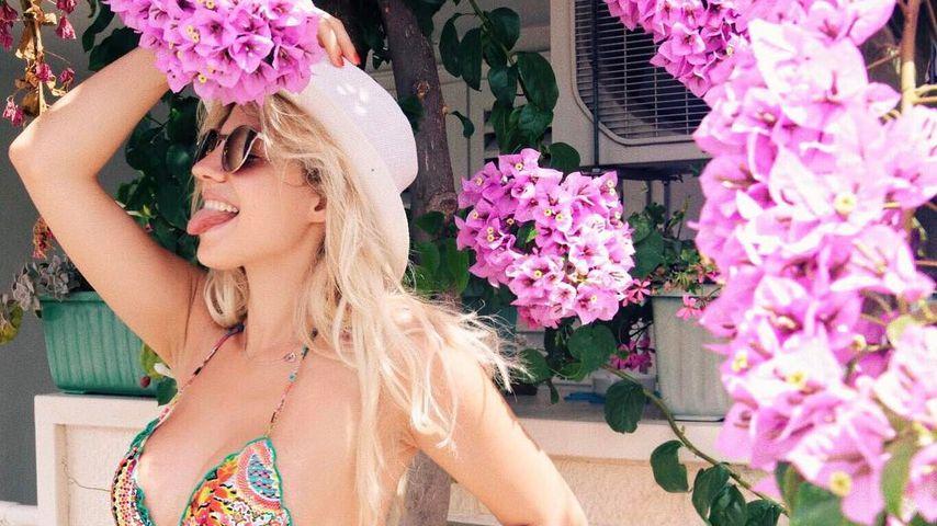 Hot! Schwangere Sarah Nowak haut Fans im Blumen-Bikini um