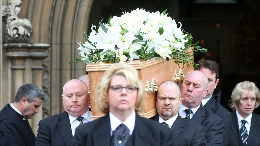 Trauergäste bei der Beerdigung von Stephen Hawking in Cambridge