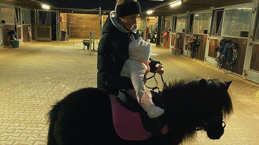 Süß! Scarlett Gartmanns Tochter macht erste Pony-Erfahrung