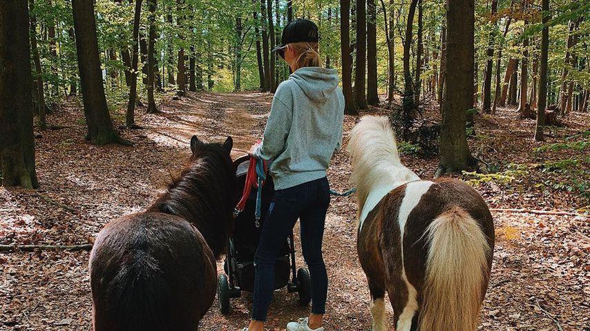 Scarlett Gartmann mit ihren Ponys